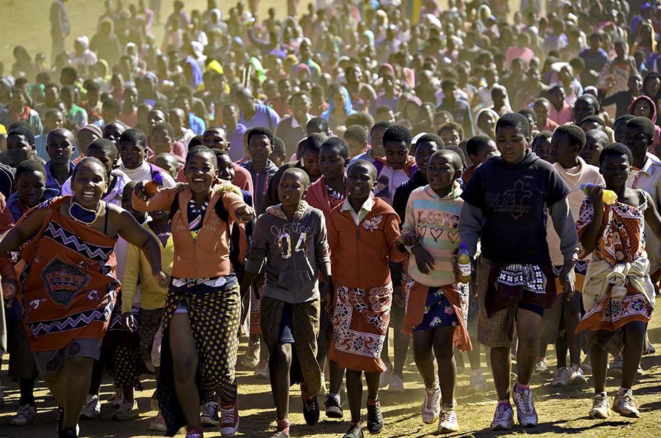 梁子-非洲女子成人节:十万少女聚集一堂-斯威士兰.jpg
