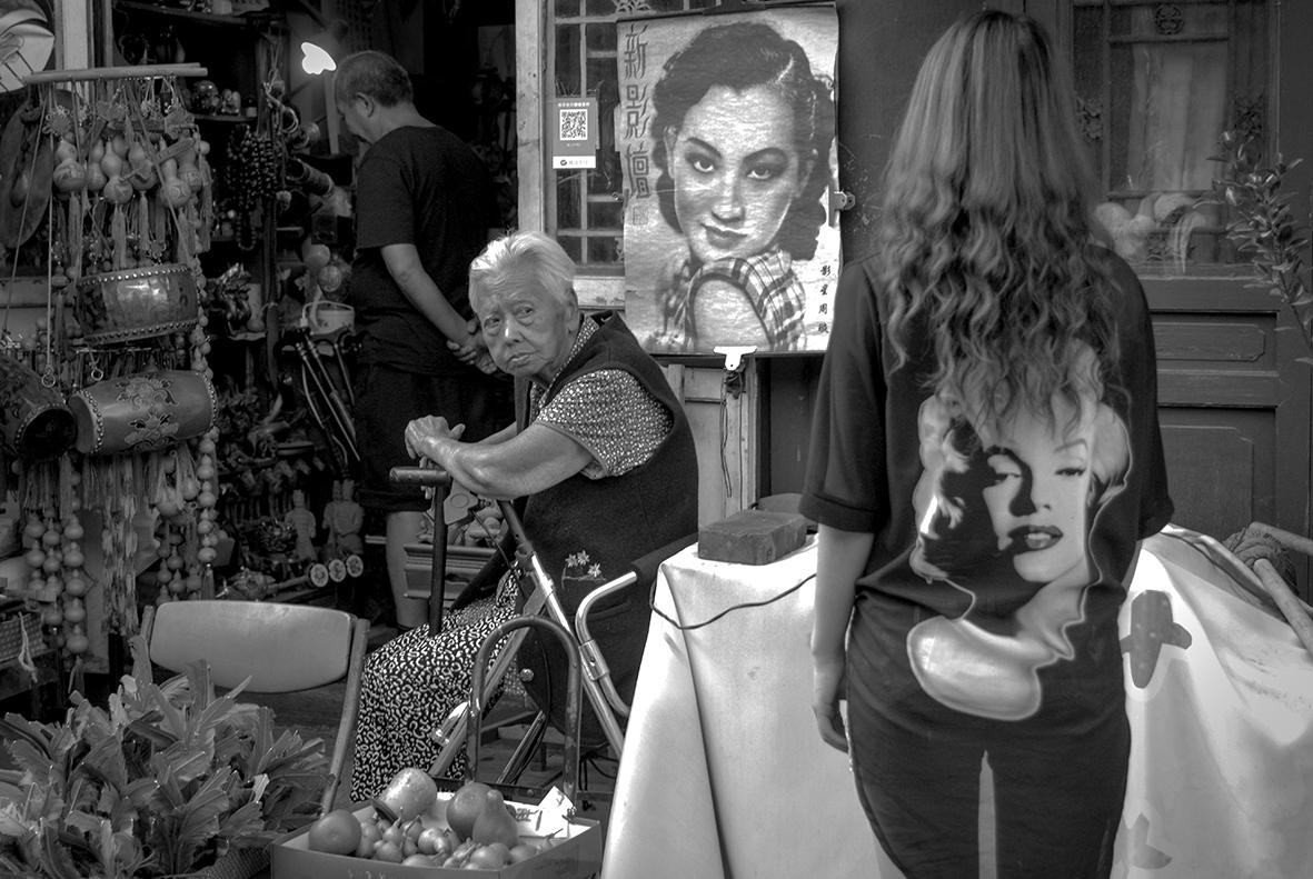 吴强《老铺新景》老店铺的长者打量观光到此的时尚姑娘。  2018年 摄于北京烟袋斜街.JPG